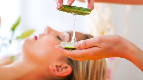 woman-receiving-head-or-face-massage-whit-aloe-Vera-in-spa